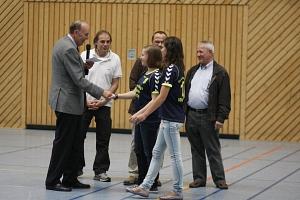 Landrat Heinrich Eggers, Spartenleiter Horst Grabisch, Nele Thomas und Wencke Grabisch, sowie Klaus Niepel und Reinhard Sandmann