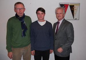 uf dem Bild von links nach rechts, Wolfgang Gebert (Vorsitzender SV Husum), Janek Passiel und der Vorsitzende des Vorstandes der Sportstiftung Hans-Georg Kanning