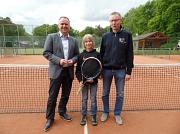 v.l.n.r. Landrat Detlev Kohlmeier, Tjark Kunkel und der Vorsitzende des SV Husum, Wolfgang Gebert